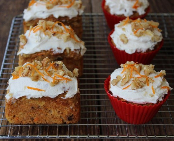 Healthy Carrot Cake Muffins - A little bite of carrot cake heaven - ZERO oil, ZERO refined sugar. Easy to make & delicious!
