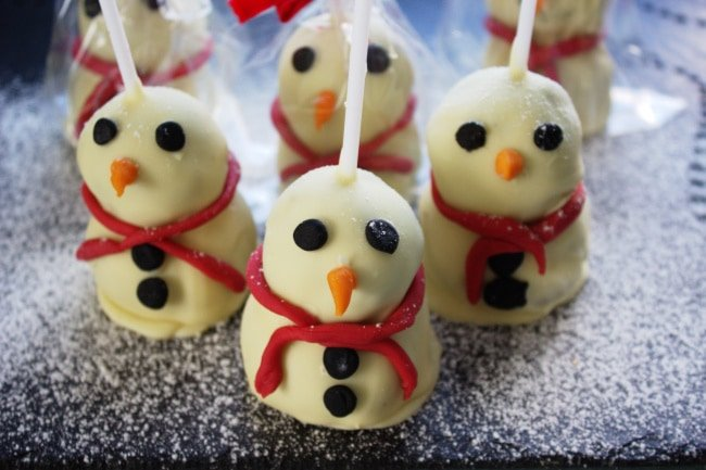 Snowmen Brownie Pops - soft gooey brownies covered in white chocolate. Have fun & decorate with coloured fondant, glittery sweets & sparkles for a cute edible Christmas gift!